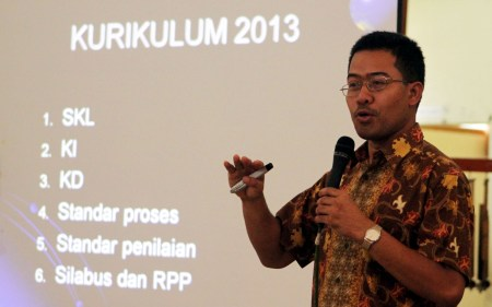 Dr. Nahadi, MPd., M.Si. menjelaskan desain pembelajaran kepada ratusan guru peserta Workshop Implementasi Kurikulum 2013. (NAJIP HENDRA SP/JABARTODAY.COM)
