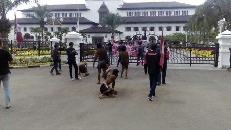 Puluhan mahasiswa menggelar aksi di depan Gedung Sate menentang pengadaan mobil dewan, Jumat (30/9). (jabartoday/avila dwiputra)