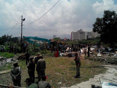 Penertiban bangunan liar di Jalan Karawang, Kamis (6/10), membingungkan warga terdampak. (jabartoday/avila dwiputra)