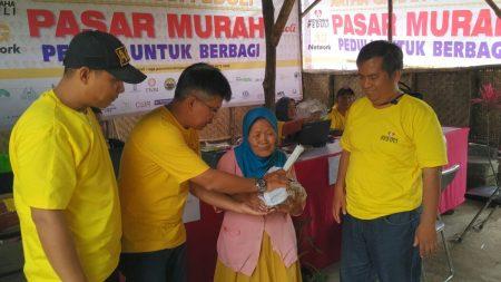 PIC MCP Fery Candra saat memberikan sembako murah, Sabtu (17/12). (jabartoday/eddy koesman)