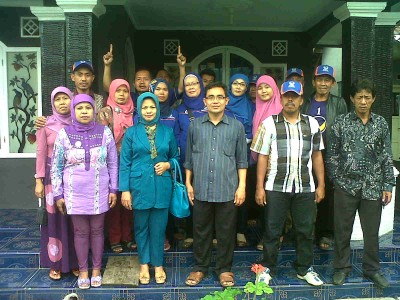 Caleg DPR RI Partai NasDem Fahrus Zaman Fadhly berpose bersama usai pertemuan dengan pimpinan cabang dan ranting se-Kecamatan Ciwaru dan Karangkancana Kabupaten Kuningan, Minggu (17/11/2013).