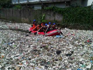 Tim gabungan mencari bocah yang hilang di gorong-gorong. Tumpukan sampah membuat pencarian pada Jumat (14/3), ditunda hingga esok. (JABARTODAY/kontri)