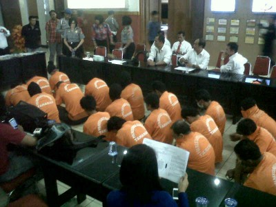 Belasan tersangka judi togel yang diamankan Polrestabes Bandung diperlihatkan dalam ekpose di Mapolrestabes Bandung, Senin (10/2/2014). Mereka ditangkap di beberapa tempat berbeda. (JABARTODAY/AVILA DWIPUTRA)