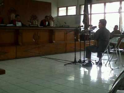 Kepala Dinas Pendidikan Jawa Barat Wahyudin Zarkasyi menjadi saksi di persidangan dugaan korupsi di Disdik Jabar di Pengadilan Tindak Pidana Korupsi Bandung, Selasa (18/2/2014). (JABARTODAY/AVILA DWIPUTRA)