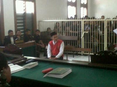 Terdakwa pembunuh Sisca Yofie, Wawan alias Awing, mendengarkan tuntutan yang dibacakan jaksa, Kamis (6/3). Jaksa menuntut Wawan hukuman mati atas perbuatannya terhadap wanita cantik itu. (JABARTODAY/AVILA DWIPUTRA)