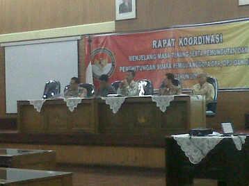 Rapat Koordinasi menjelang masa tenang yang dilakukan Bawaslu Jabar di Gedung KORPRI Jabar, Jumat (4/4) malam. (JABARTODAY/AVILA DWIPUTRA)