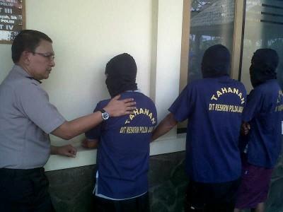 Kepala Bidang Humas Polda Jabar Komisaris Besar Martinus Sitompul (kiri) bertanya kepada para tersangka penimbun BBM, Jumat (23/5). Dari penangkapan ini, polisi menyita 3 ton liter solar. (JABARTODAY/AVILA DWIPUTRA)
