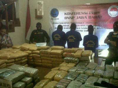 Ratusan kilo ganja kering yang disita Badan Narkotika Nasional Provinsi Jawa Barat diperlihatkan dalam ekspose di Kantor BNNP Jabar, Jumat (18/7). Ratusan ganja itu didapat dari 3 tersangka di dua tempat berbeda. (JABARTODAY/AVILA DWIPUTRA)