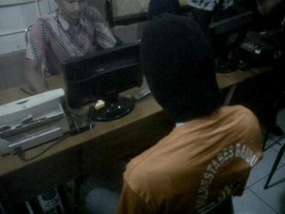 Pelaku penggunggah foto mesum wanita berseragam PNS Pemkot Bandung diperiksa oleh Satuan Reserse Kriminal Polrestabes Bandung, Jumat (29/8). S ditangkap di rumahnya di daerah Jawa Tengah. (JABARTODAY/AVILA DWIPUTRA)