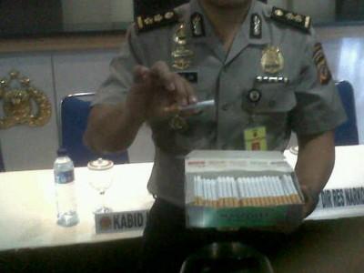 Polisi memperlihatkan rokok yang mengandung bahan sejenis ganja dalam ekspose di Mapolda Jabar, Senin (15/9). (JABARTODAY/AVILA DWIPUTRA)