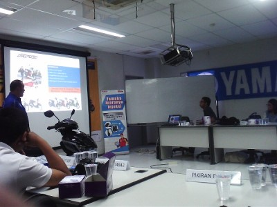 Suasana Workshop YMJET-FI di Yamaha DDS II Bandung, Sabtu (29/3). Yamaha mengklaim teknologi ini dapat menghemat bensin. (JABARTODAY/AVILA DWIPUTRA)