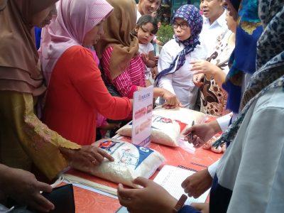 Konsumen menyerbu komoditi yang dijual Bulog Jabar dalam Operasi Pasar Murah Bulog Jabar di Museum Sri Baduga Bandung, Rabu (8/6) jabartoday.com/erwin adriansyah