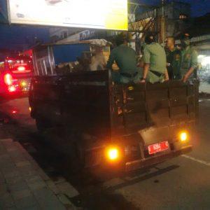 Satpol PP Kota Bandung melakukan penertiban terhadap PKL di Pasar Kosambi, Rabu (23/11). (jabartoday/eddy koesman)