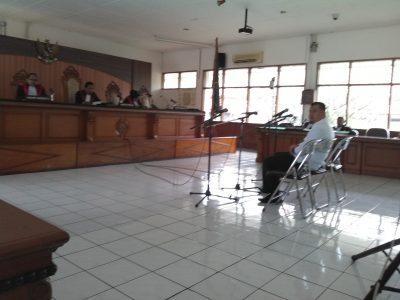 Bupati Subang nonaktif Ojang Sohandi mendengarkan tuntutan pada persidangan, Kamis (15/12). (jabartoday/avila dwiputra)