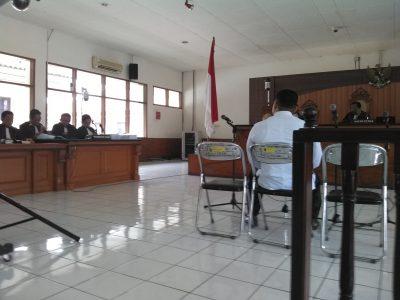 Bupati Subang nonaktif Ojang Sohandi mendengarkan tuntutan jaksa KPK dalam persidangan di Pengadilan Negeri Bandung, Kamis (15/12). (jabartoday/avila dwiputra)