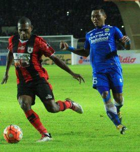 Bek sayap Persib, Tony Sucipto bekerja keras menghadang pergerakan Tinus Pae, dalam laga di Stadion Si Jalak Harupat, Sabtu (12/11). (net)