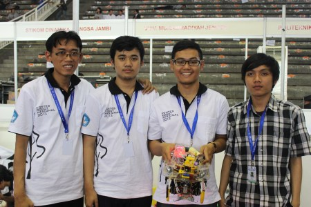 Priyanto Hidayatullah (paling kanan), Pembimbing Tim Robot Pemadam Api Berkaki POLBAN berfose bersama mahasiswa bimbingannya usai menerima piala sebagai Juara 1 Kontes Robot Nasional, di Semarang Minggu (9/06/2013)