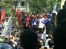 Gubernur Jabar, Ahmad Heryawan, berorasi di depan para buruh yang berdemo depan Gedung Sate Bandung, Rabu (3/10) siang.