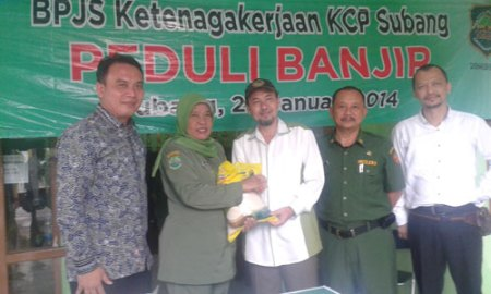 Kepala Kantor Wilayah BPJS Ketenagakerjaan Jawa Barat Teguh Purwanto (paling kiri) menyerahkan bantuan ke warga Subang yang terkena banjir. (jabarprov.go.id)