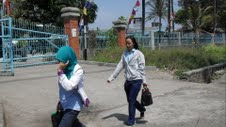 Dua buruh wanita yang bekerja di salah satu pabrik tekstil di Cipacing, Jatinangor, saat pulang kerja, baru-baru ini. (DEDE SUHERLAN/JABARTODAY.COM)