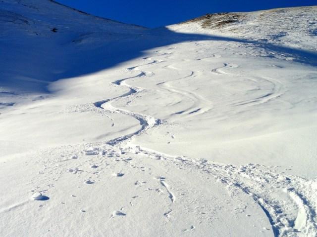 Tubo de nieve polvo, sobre un barranco, bajo una zona totalmente pelada por el viento.