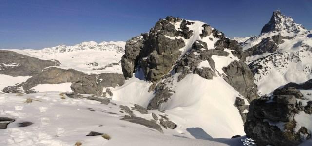 La cima del Caillabet de Rebec, con el Midi d' Ossau detrás