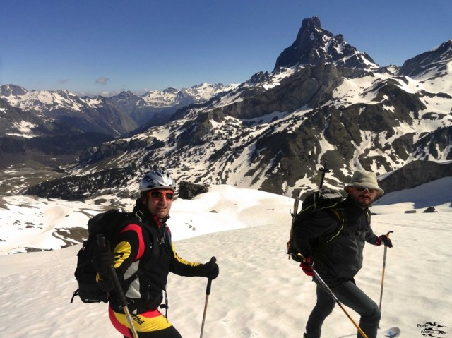 Gabi y Juan posan para la foto en la esquiada de bajada