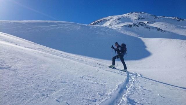 Media ladera, subiendo con nieve polvo