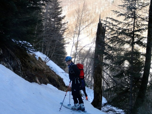 Astrid, descendiendo por el camino del bosque