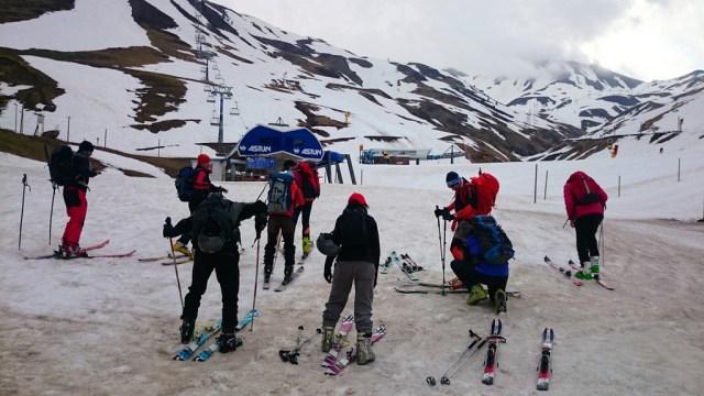 Preparándonos en la base de la estación de Astún (con nieve desde abajo)