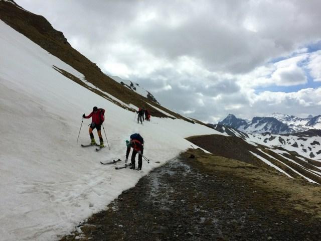 Quitándonos los esquís para acceder al circo del Ibón de Escalar
