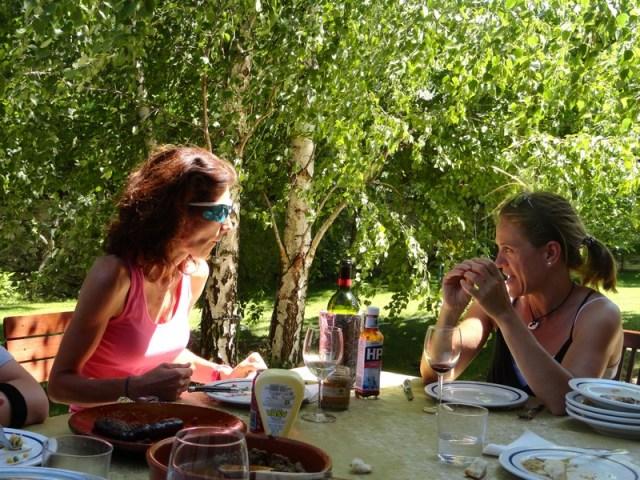 Astrid, que llegó tarde, pero comió, para alegria de José Carlos