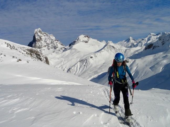 Astrid subiendo, con el Pic du Midi detrás