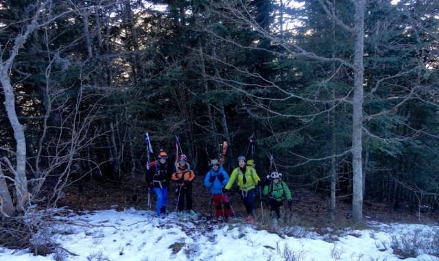 Entramos en el bosque, ya porteando los esquís