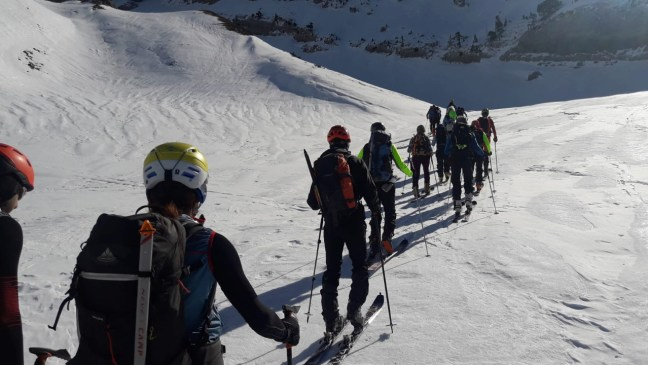 Nuestro grupo, subiendo compacto por el valle