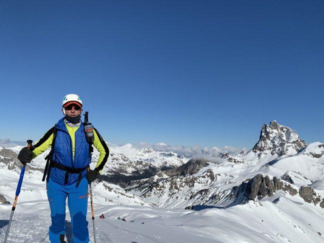 Alfredo llegando a la cima, con el impresionante Midi d'Ossau a sus espaldas