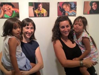 La fotógrafa Ester Naval y la representante de Aluda, María José Sánchez, con dos de las niñas que aparecen en alguna de las fotografías.