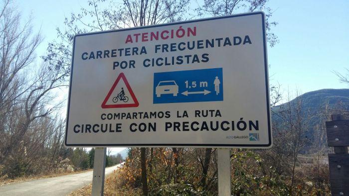 foto-cartel-atencion-carretera-frecuentada-ciclistas