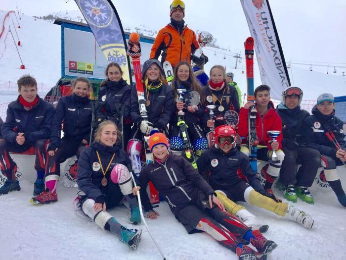 Esquiadores del Club Esquí Jaca