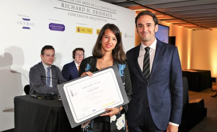 Los arquitectos Elena Jiménez y Abelardo Linares del Castillo, recogiendo su galardón