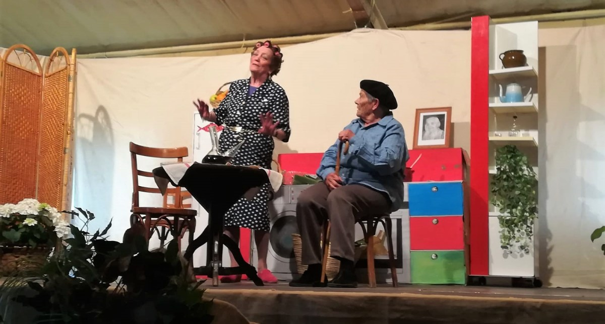 Alumnas del Taller de Teatro del centro de adultos Jacetania debutan con gran éxito en Puente la Reina