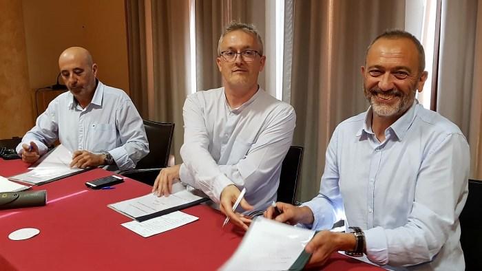 PACTO. Firma del documento que recoge el acuerdo programático.