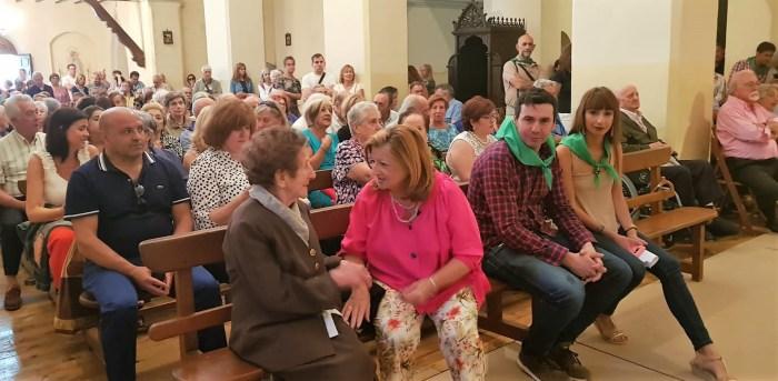 FIESTAS EN CANFRANC PUEBLO. Fernando Sánchez e Inés Ventanilla, antes de comenzar la misa. (FOTO: Rebeca Ruiz)