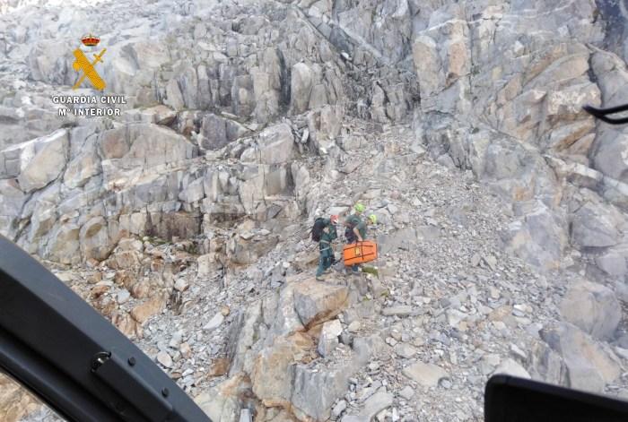 MONTAÑA. Imagen del rescate del cuerpo del montañero en el Pico Frondiellas.