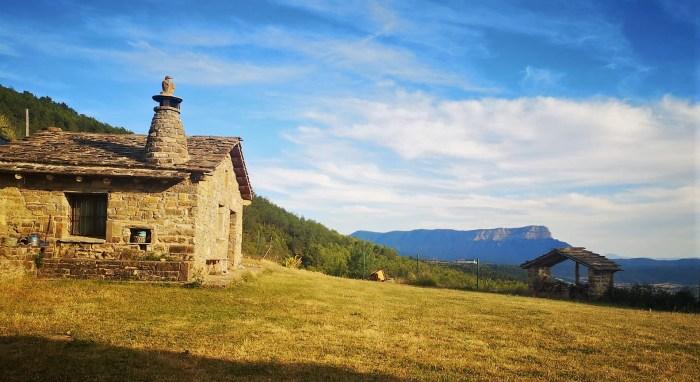 RUTAS SOBRE EL CICLO DEL AGUA. Vista de la Peña Oroel, desde Bergosa, pueblo deshabitado incluido en los recorridos medioambientales de Castiello. (FOTO: Javi del Pueyo)