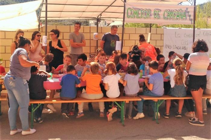 SANTA CILIA. Comedor de campaña de las familias del colegio.