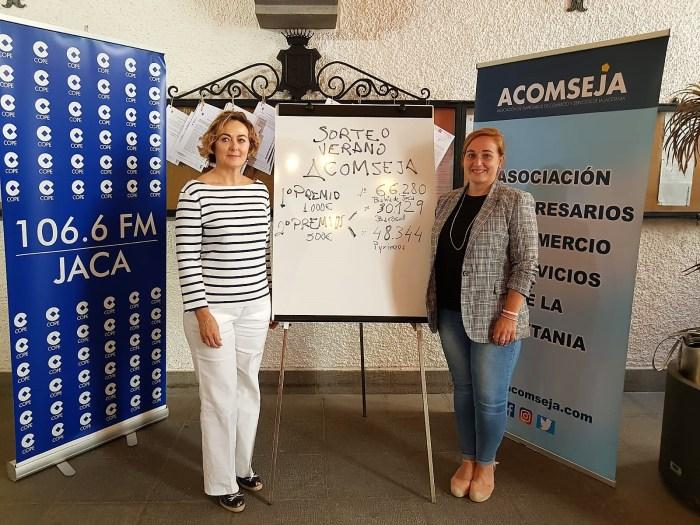 SORTEO DE VERANO DE ACOMSEJA. Loreto García Abós y Olvido Moratinos. (FOTO: Rebeca Ruiz)