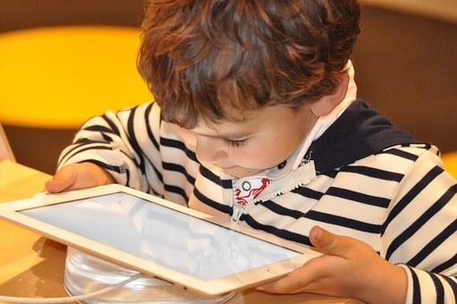 TABLETA. Un niño juega con una tablet.