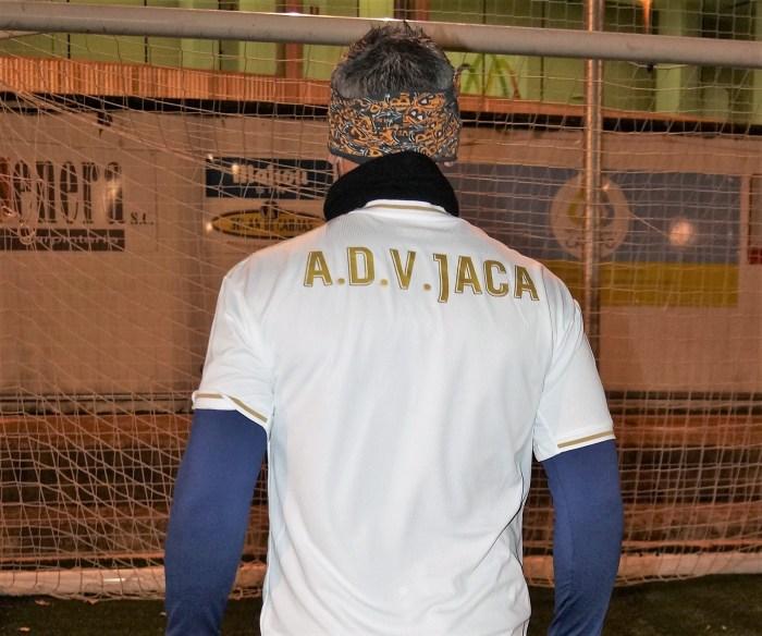 VETERANOS JACA. Nueva equipación de la AD Veteranos Jaca -blanca-. (FOTO: Rebeca Ruiz)