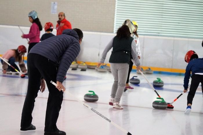 CURLING. Jornadas de iniciación los miércoles de noviembre. En la imagen, alumnos de Escuelas Pías en una foto de archivo. (FOTO: Rebeca Ruiz)